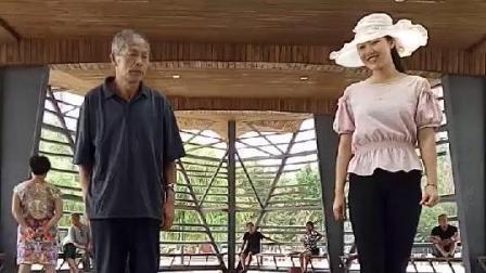 八旬杨大爷与孙女在广场上跳鬼步舞, 真的好有默契