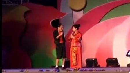 民间小夫妻爆笑二人转 专业拯救不开心 逗乐全场观众!