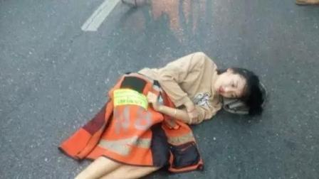女孩似乎感觉到了危险, 突然路口停车, 监控拍下突发一幕