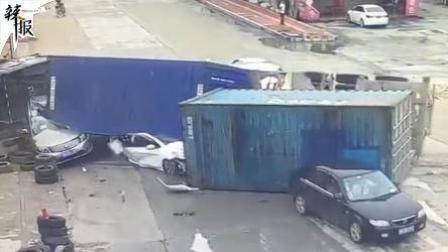 """奇迹! 小车被压成""""铁饼"""" 乘客竟死里逃生"""