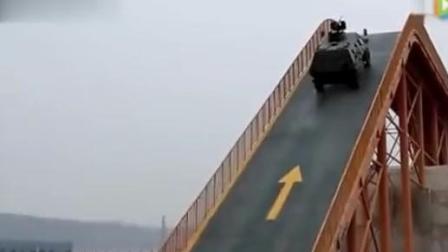 实拍: 陆军特种步兵战车性能展示, 爬陡坡、过沟渠穿丛林轻松应对!