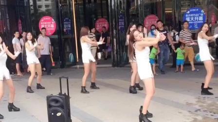 万达门口美女热舞, 连广场舞大妈的大喇叭都上了