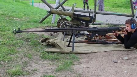 10岁小孩玩反坦克狙击枪, 这枪管比小孩高出一倍