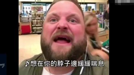 笑哭啦! 戴着耳机在各种公共场所尬唱热门金曲