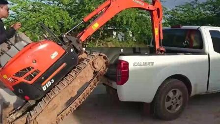 皮卡运输小型挖掘机, 看看挖掘机如何上车的