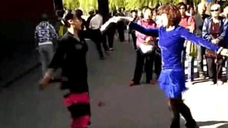 交谊舞视频下载大全: 街拍双人广场舞交谊舞 两