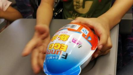 高铁上玩超级飞侠男生版超大奇趣蛋玩具视频
