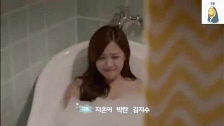 人鱼公主在人类浴室变回原形, 和发现的人幸福的在一起