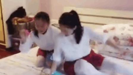两个可爱的白丝袜小萝莉在房间内轮流..