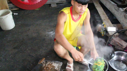 农村一道简单的家常菜,南瓜苗南瓜花打鲜鱼汤,你吃过吗