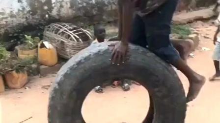 简单就是快乐, 一个汽车轮胎就能让非洲的小朋友玩的这么开心!