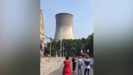 河南焦作老电厂实施爆破拆除 百米冷却塔和烟囱瞬间倒塌