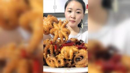 慧姐吃迷你八爪鱼, 肉质Q弹香辣可口, 配上煎饼吃起来特别棒!