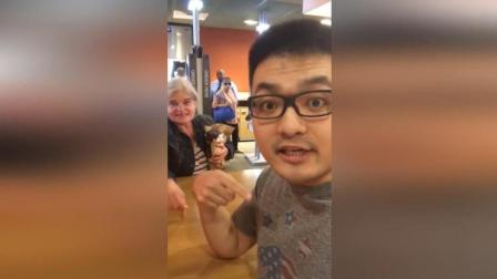 愤怒!中国小伙携女友吃麦当劳 遭美国老太骂'外国狗'