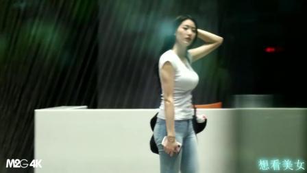 偷拍了一个高腰牛仔裤美女那个身材屁股真漂亮!