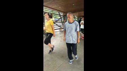 69岁广场舞杨大爷鬼步舞, 这年龄这舞步满分, 大爷很卖力