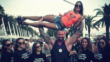 地表上最强壮的男人, 身高206厘米, 一只手轻松举起妻子!