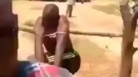 非洲部落赏罚小偷竟然用石头挂在小偷不行描绘的当地, 太惨了
