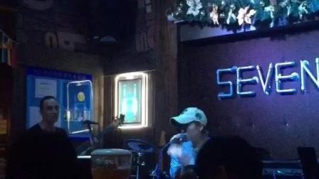 第一次去酒吧就遇到了实力派驻唱美女歌手