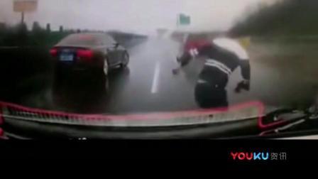 番茄传媒 新手司机错过高速出口 下车查看险酿事故