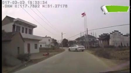 暴力村霸不僅攔車還砸車, 結果車主忍無可忍了!
