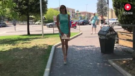 国外美女蓝色短裙搭配高跟凉鞋, 性感又迷人!
