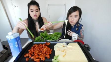 大胃王可爱姐妹 辣鸡块沾奶酪卷蔬菜