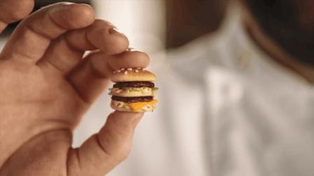 厨师制作迷你型麦当劳巨无霸汉堡 看起来超萌味道也不错