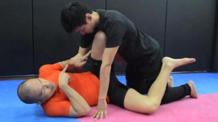 女子受到性侵犯时如何在地面做合理的防御
