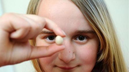 女孩养鸡产下世界最小鸡蛋, 不足硬币大小, 仅有1.55厘米