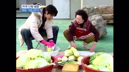搞笑一家人: 韩国奶奶认真腌美味的泡菜, 获得大家认可, 家庭地位提高