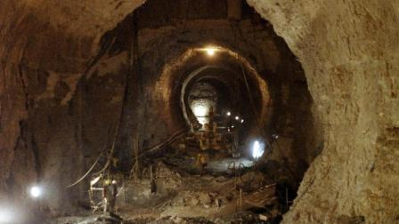 现实版愚公移山! 七旬老人花费20年日复一日挖隧道, 自称是神的指令