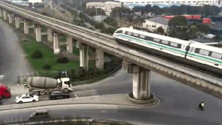 你没看错, 火车竟然上高速了