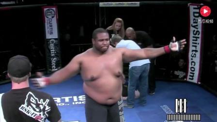 UFC超重量级格斗, 黑胖子暴揍白胖子 身大力不亏