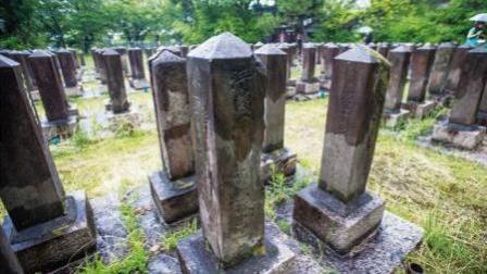 日本一座军人墓地里, 埋有6名中国士兵, 墓碑被刻上羞辱性文字, 百年来无人问津