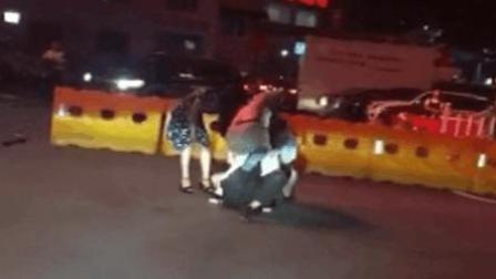 实拍车辆乱停医院被阻 三人殴打保安
