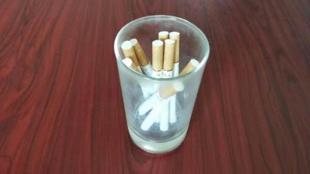 打赌小游戏: 不用手如何把香烟拿出来, 看一遍就能学会