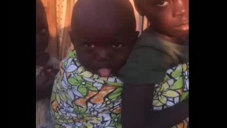 非洲黑人小孩竟对着中国小哥这样, 给他逗乐了