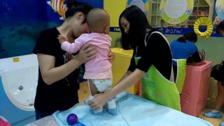 小孩游泳前的准备! 小美女游泳视频走红! 粉红猪小妹-爱睡公主玩具妈妈 睡前故事亲子互动