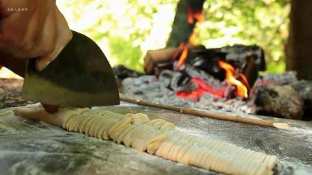 大叔野外烹饪顶级香菇鸡肉炒面, 刀法精湛, 厨艺了得