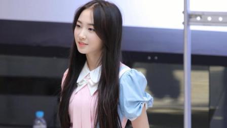 可爱美女演唱一首徐怀钰的《踏浪》迷人极了