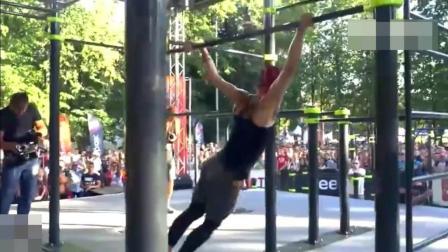 感受一次什么是柔韧度吧 来看女生街头极限健身