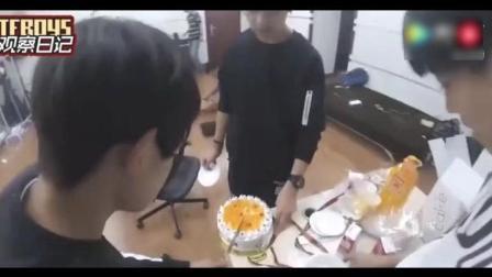 王俊凯, 你真会给自己加戏。千玺: 夜宵吃蛋糕不怕长胖