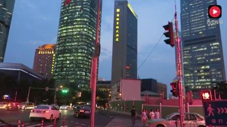 韩国美女来上海陆家嘴旅游, 大赞夜景好美很发达!