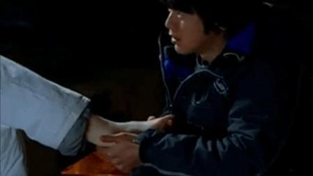 扭伤美丽的女人的脚,韩国的欧巴是如此有用的治疗。