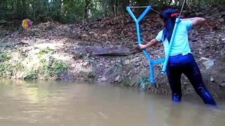 美女自制射鱼枪射鱼 一箭下去就是一条 这比钓鱼可轻松多了啊