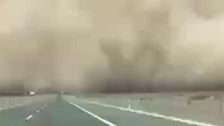 内蒙古特大沙尘暴 汹涌欲吞噬火车!