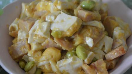电饭煲只用来闷饭实在太浪费, 放入一块豆腐一闷一煮, 竟成为一道咸香可口的营养美食