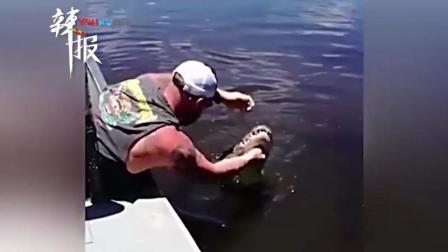 男子坐水边喊来鳄鱼 先拍头后亲嘴