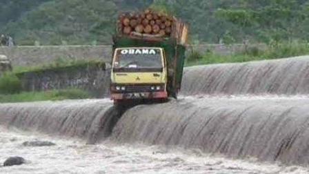 全世界最厉害的司机集锦 开着卡车走水路还这么稳
